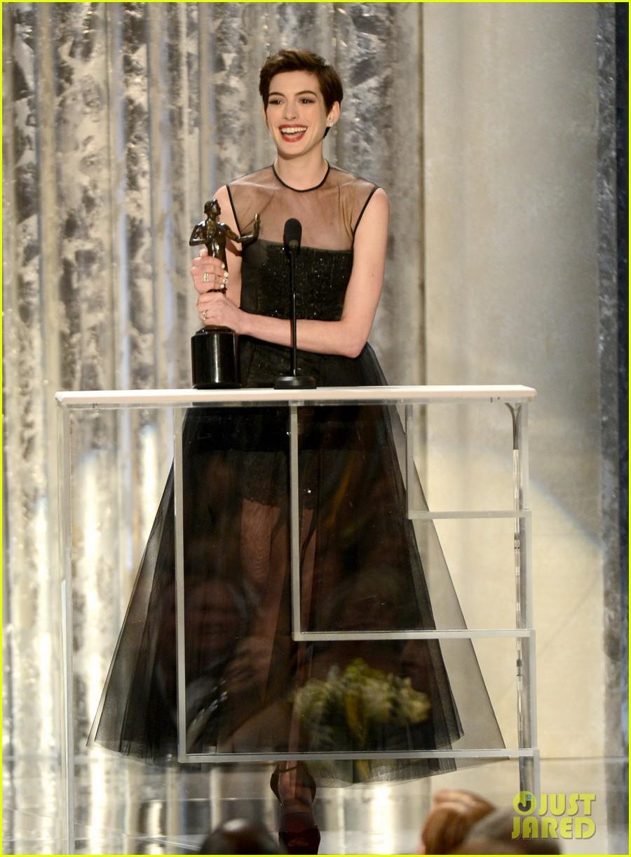 anne-hathaway-sag-awards-winner-04