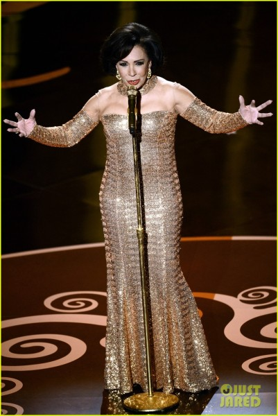 dame-shirley-bassey-james-bond-musical-tribute-at-oscars-2013-video-01