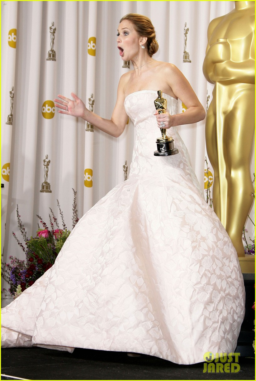jennifer-lawrence-middle-finger-flash-in-oscars-press-room-03