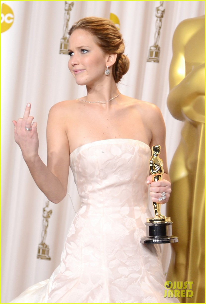 jennifer-lawrence-middle-finger-flash-in-oscars-press-room-01