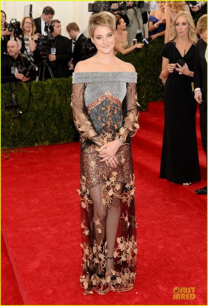 shailene-woodley-gets-animated-met-ball-2014-01
