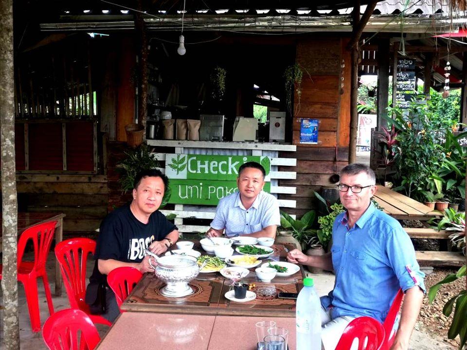 Паксе. Вьенгсай, Сук и я, обедаем на кофейной плантации.