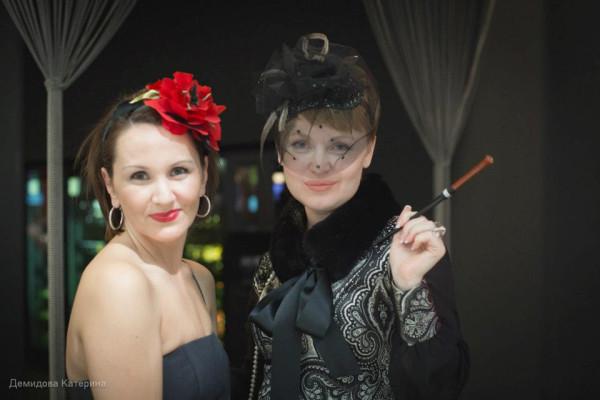 дама в кр шляпке-цветок и в черной вуали с пайетками