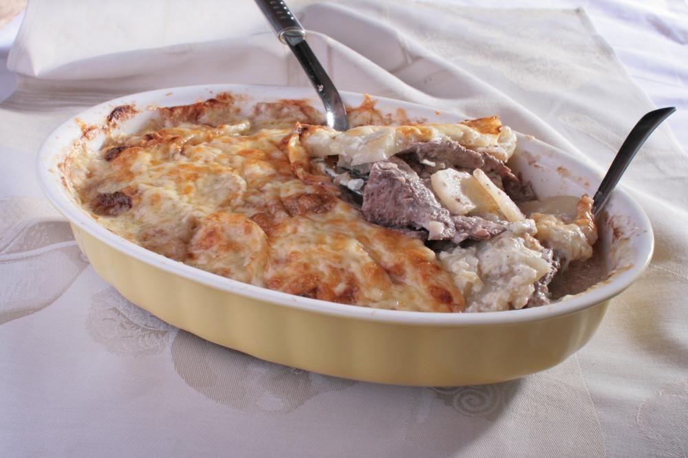 Французский вкус советского стола нарезать, перец, минут, добавить, мускатный, очистить, масле, блюдо, соусом, репчатого, сливочного, сливок, слегка, чтобы, бешамель, сливочном, толщиной, картофеля, Залить, сковороде