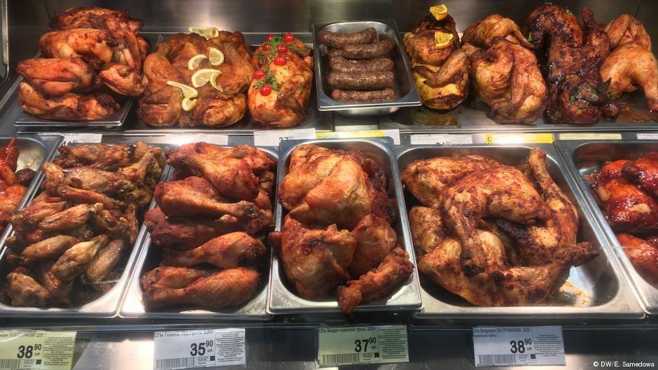 Часть продуктов с истекающим сроком годности перерабатывается и продается как кулинарная продукция