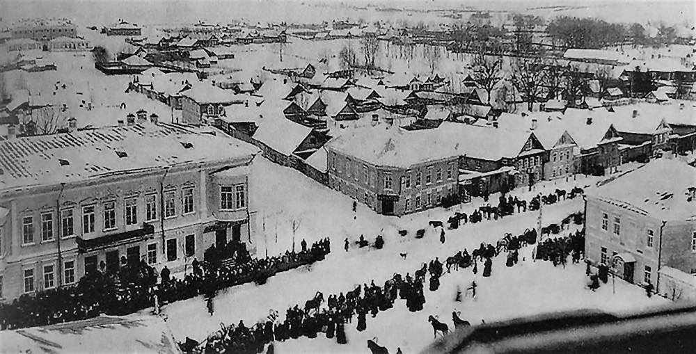 Торжок. Гулянье на Ямской. Слева - гостиница Пожарских (фото 1908 года)