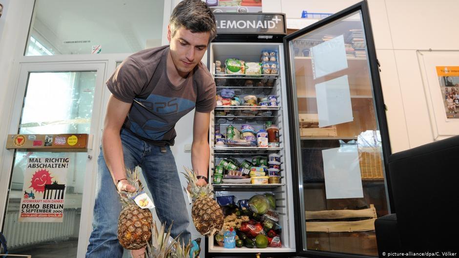 Фудсейвер складывает продукты в общественный холодильник в Дармштадтском техническом университете