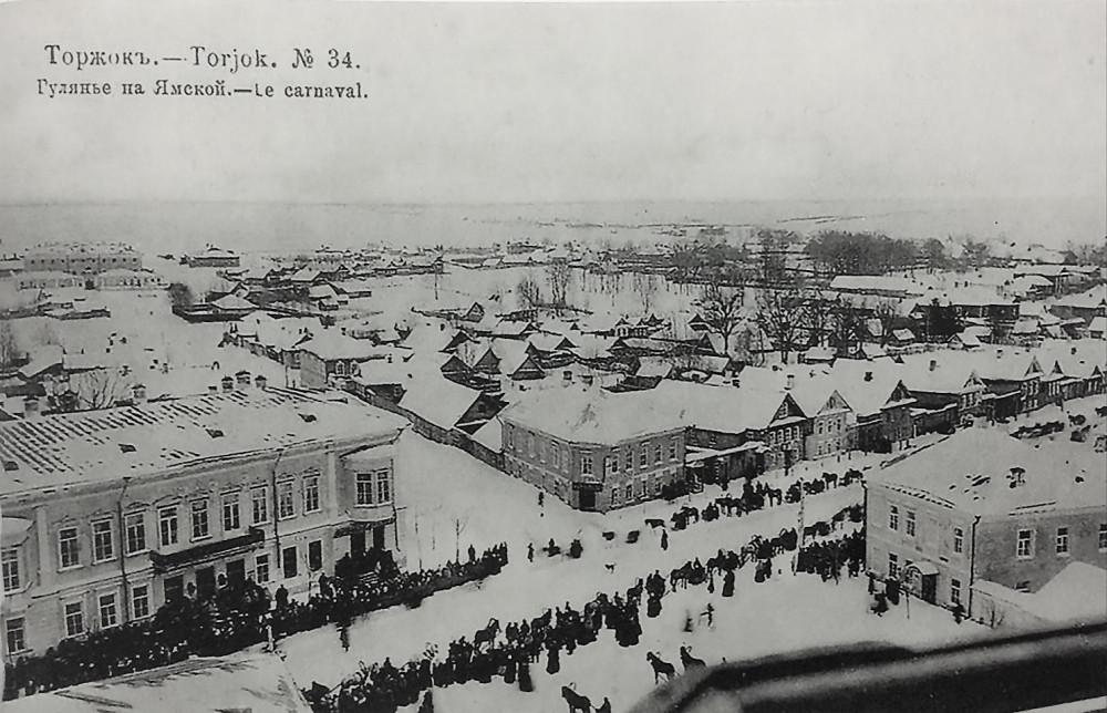 Торжок, гулянье на Ямской (1908 год). Здание бывшей гостиницы в левом углу фотографии
