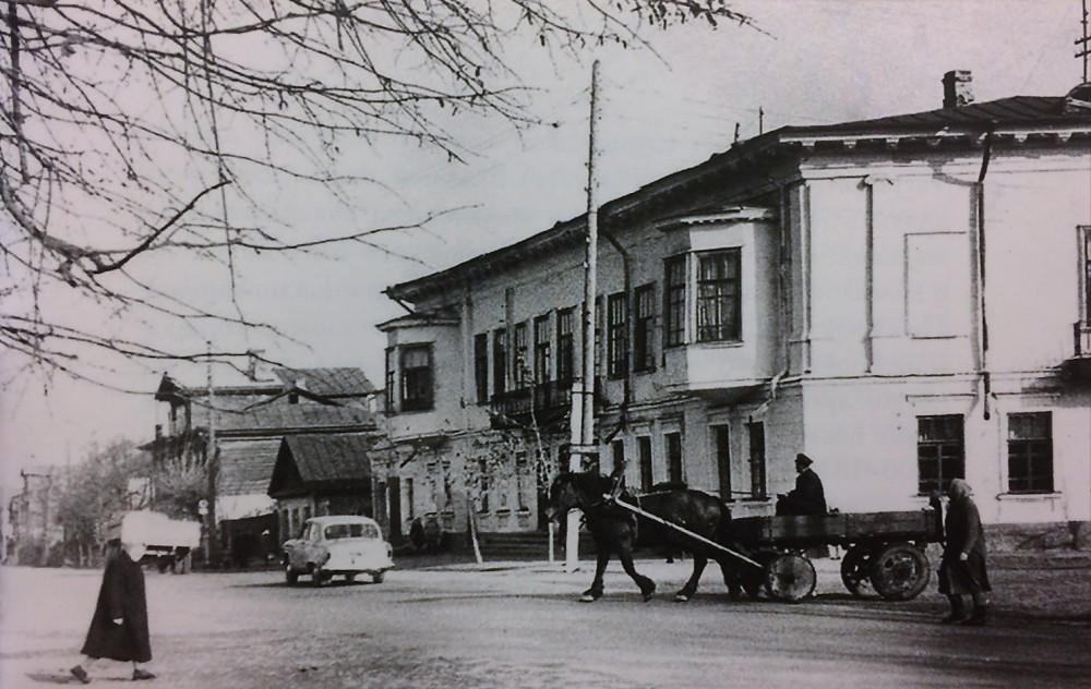 Клуб железнодорожников им.Парижской коммуны. Дом № 48 по улице Дзержинского. Вы все еще узнаете силуэт старого дома?