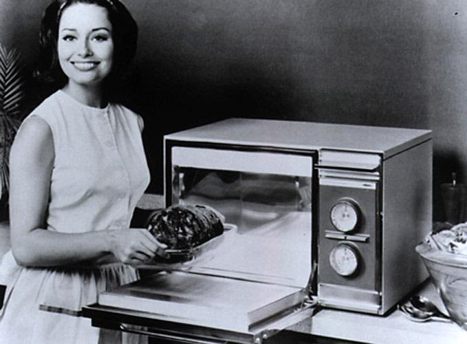 1955 год - первое использование микроволновой печи в быту в США