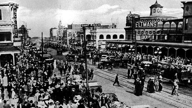 Кони-Айленд начала прошлого века: на той стороне улицы видна вывеска ресторана Фельтмана