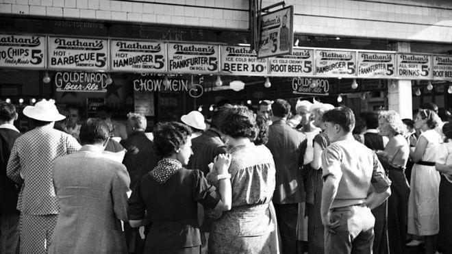 К 1930-му Nathan's выросли в процветающую империю, за их хот-догами выстраивались очереди