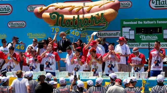 Свой первый конкурс на поедание хот-догов Nathan's провели на Кони-Айленде 4 июля 1916 года. Сейчас соревнования проходят ежегодно (на снимке - участники конкурса этого года)