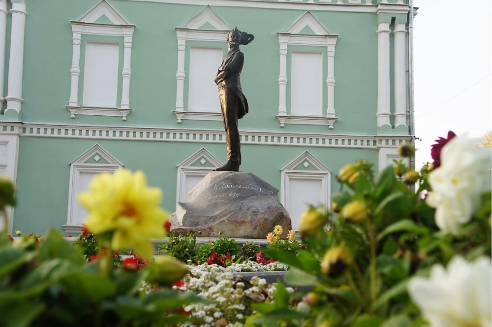 Памятник Бальмонту у Краеведческого музея