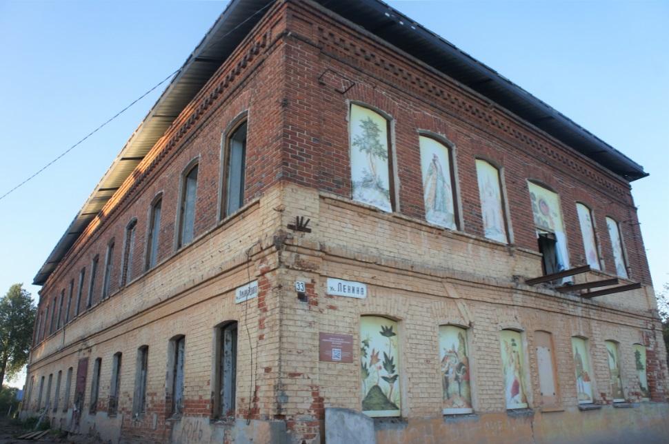 Историческая часть здания, где до 90-х годов XX века располагались Палехские художественно-производственные мастерские. Теперь здесь планируют создать новый объект «Арт-центр» для туристов и местных жителей.
