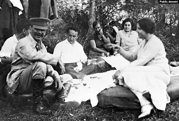 Иосиф Сталин с женой Надеждой Аллилуевой (первая справа) и друзьями на отдыхе. 1921 год