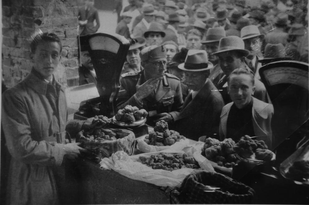 Рынок трюфелей в Альбе в конце 1930-х