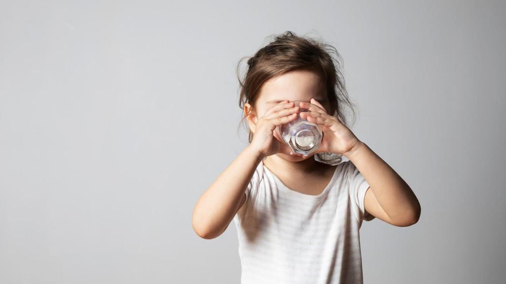 Детям в возрасте от одного до трех лет рекомендуется принимать 350 мг кальция в день для нормального развития костей