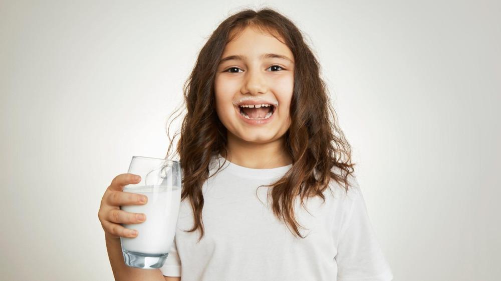 Коровье молоко содержит эстрогены, но их малое количество вряд ли может как-то повлиять на здоровье человека