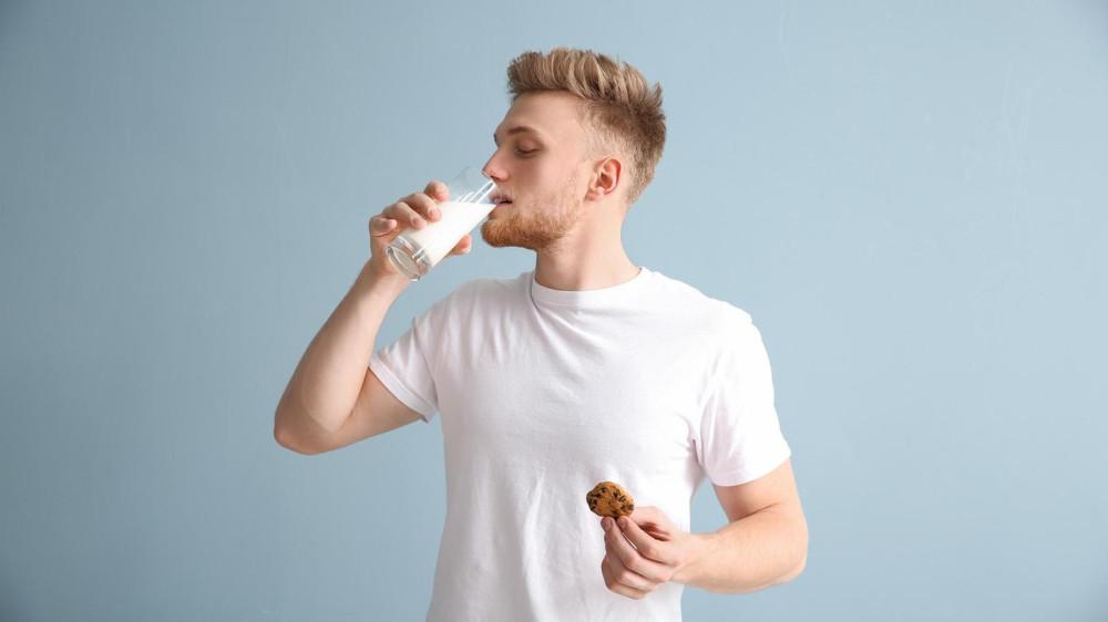 Возможно, те, кто пьет много молока, вообще придерживаются нездоровой диеты