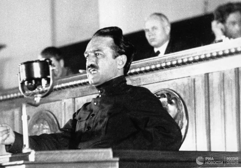 Народный комиссар пищевой промышленности СССР Анастас Иванович Микоян выступает на I Всесоюзном совещании стахановцев в Кремле