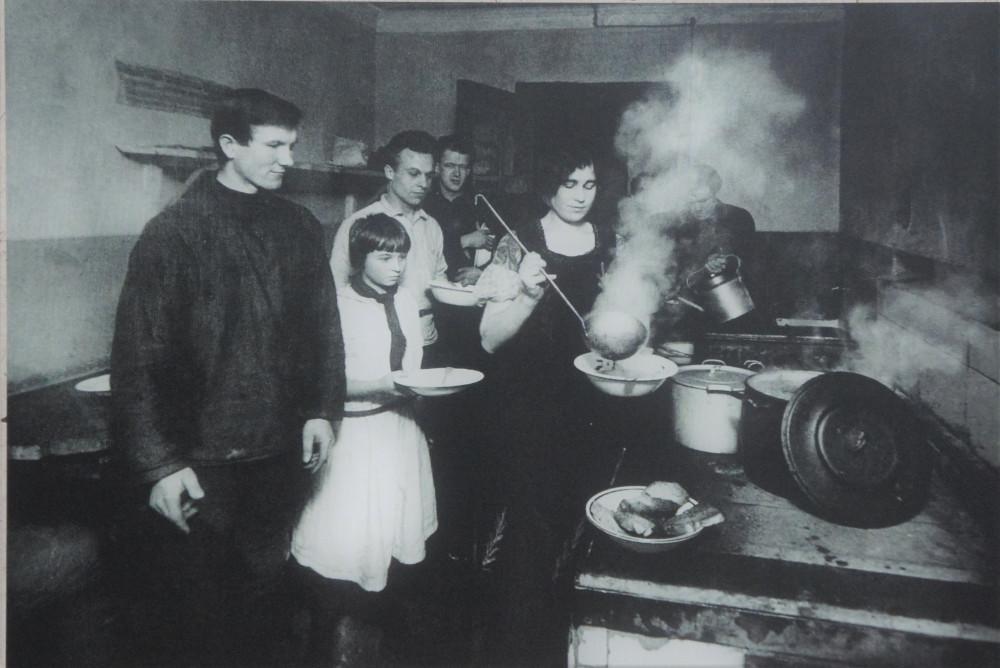 Члены студенческой коммуны на кухне общежития (1930-е годы)