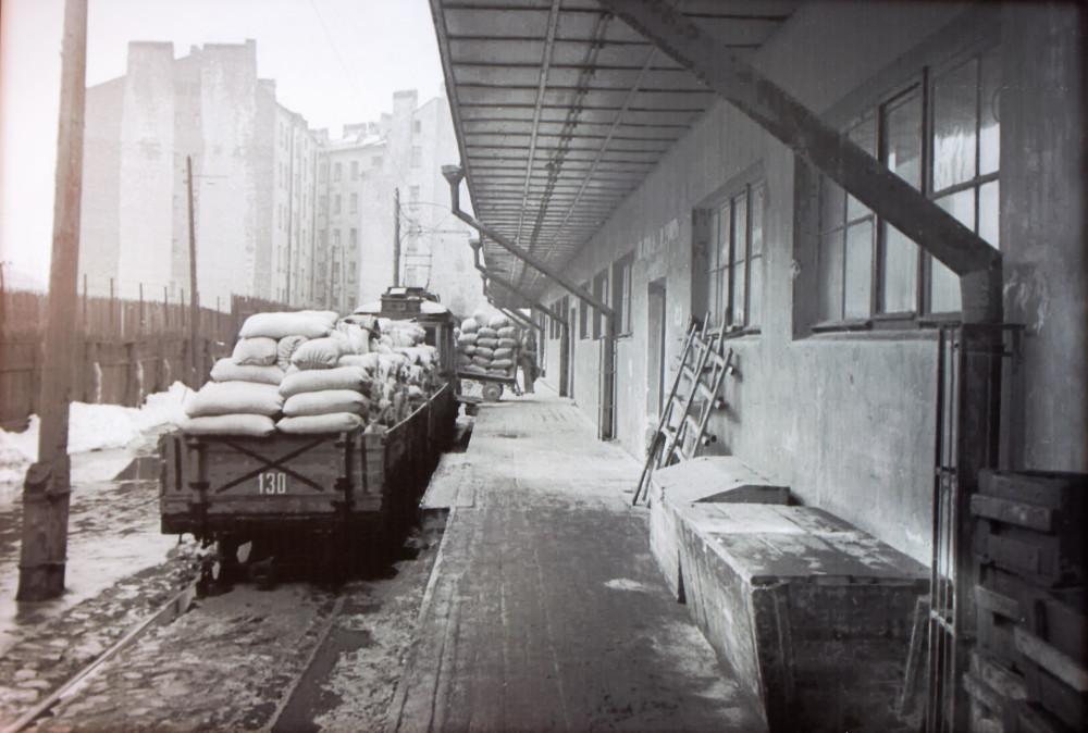 Погрузка муки на хлебозаводе-автомате им.10-летия Октября (Ленинград, 1928 год)