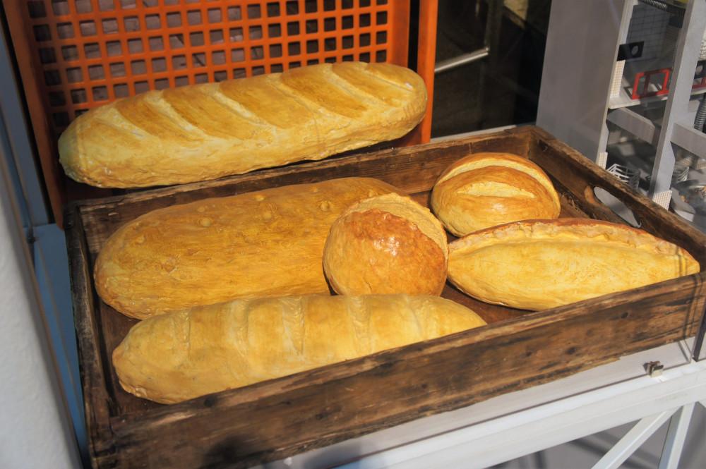 Пшеничный польский хлеб, французская булка, домашняя булка, батон с изюмом, батон весовой обыкновенный, пшеничный хлеб