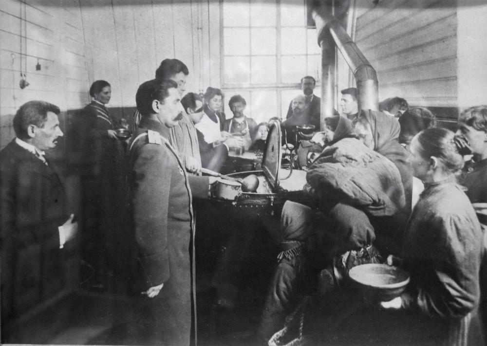 Раздача обедов в бесплатной столовой (1900-е годы)