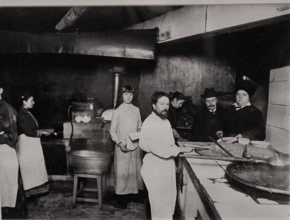 Кухня бесплатной столовой при Городском попечительстве о бедных (1916)