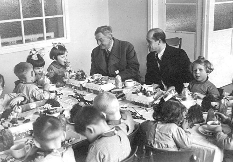Ян Ведель завтракает с детьми (1941 год)