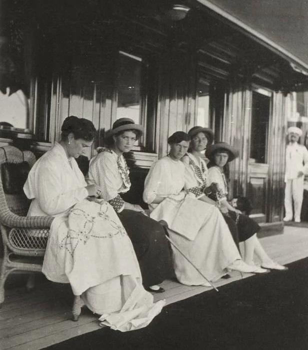 Императрица Александра Федоровна с дочерьми за рукоделием