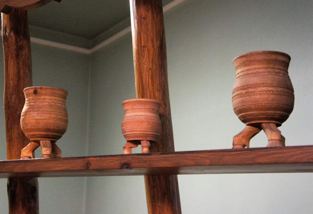 Специальный якутский сосуд для кумыса на трех ножках