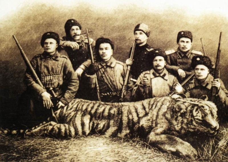 Уссурийские казаки после удачной охоты. Конец XIX в.