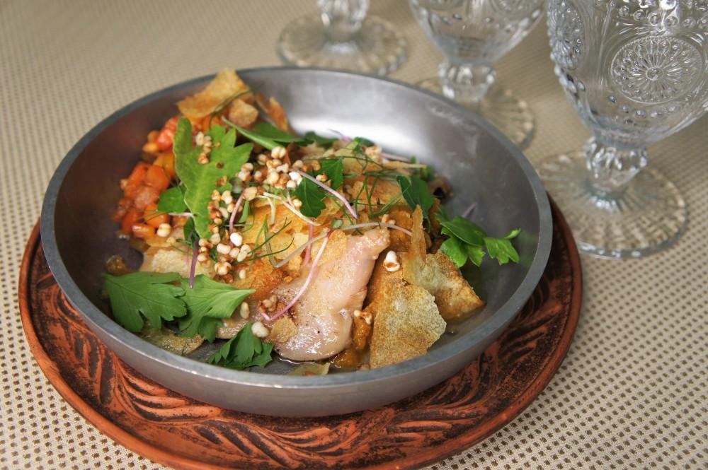 Перепелка в сочетании с рагу из груши, копченой на хвое кабачковой икрой и попкорном из томленой в печи гречки