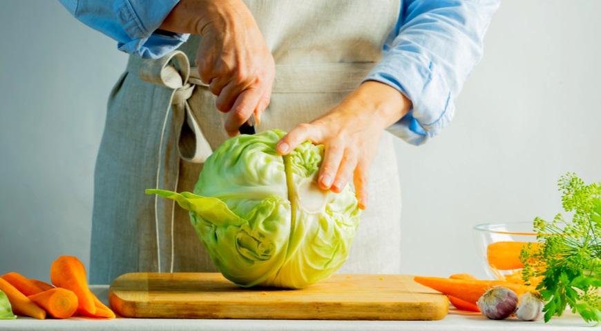 Разрезаем кочан для приготовления квашеной капусты