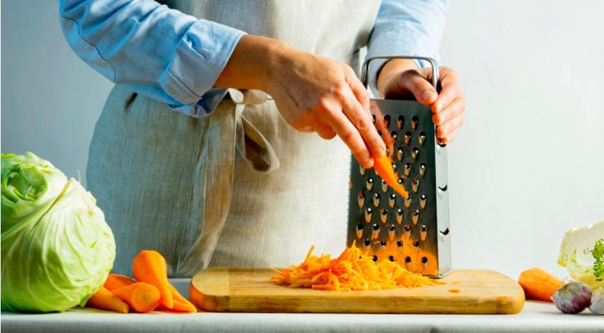 Морковку натираем на крупной тёрке