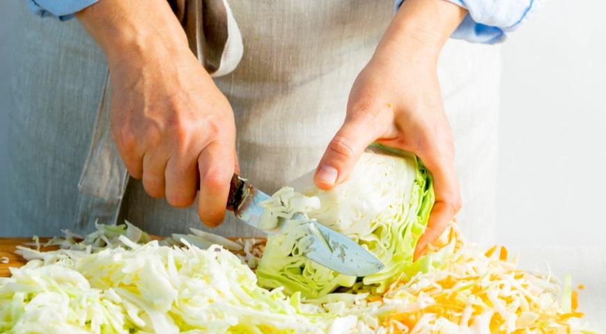 Шинкуем кочан для приготовления квашенной капусты