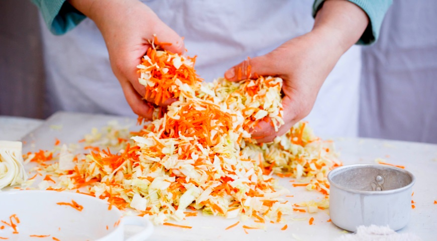 Смешиваем морковку и капусту, а дальше уже дело техники – разложить по банкам и ждать