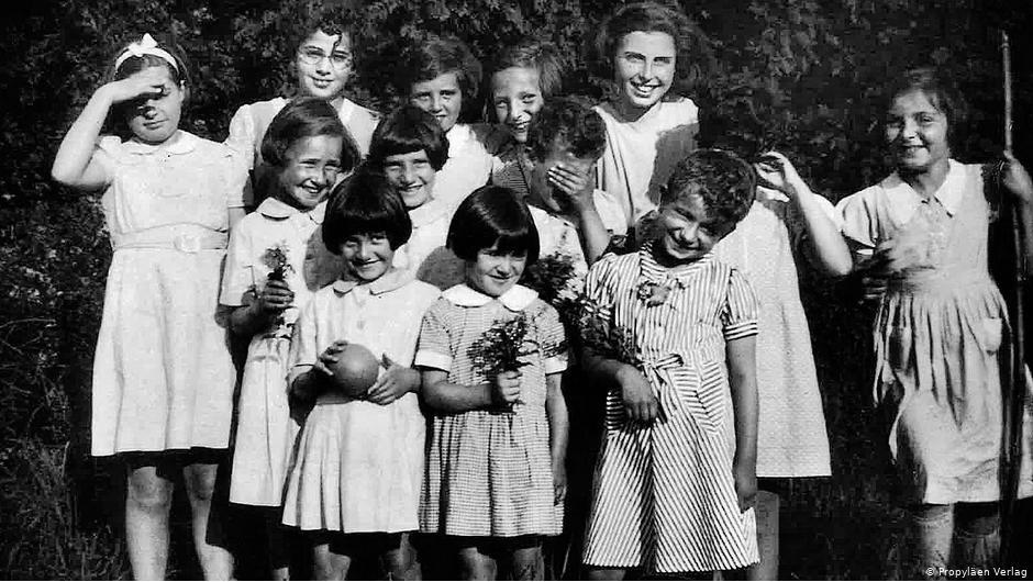 Алиса Урбах со своими воспитанницами - сиротами из детского дома в Англии - сразу после окончания войны