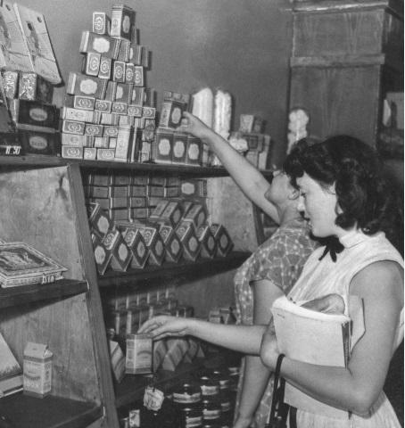 Покупательницы в одном из московских магазинов самообслуживания за покупкой чая и кофе. Фото: А. Чепрунова; Москва, июль 1956 г.