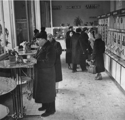 В кафетерии магазина «Гастроном» на Кутузовском проспекте. Фото: А. Конькова; Москва, 31 января 1959