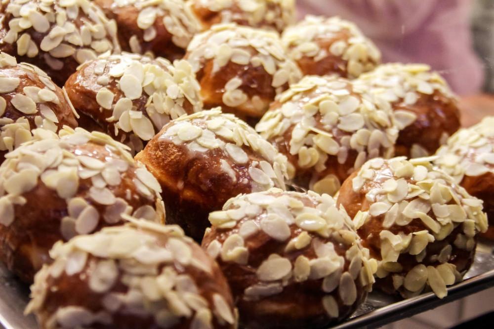 Пончики с миндальными хлопьями. Источник: Pixabay