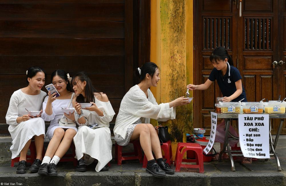 Четыре молодые девушки с таким аппетитом уплетали сладкий суп, что я почувствовал: жизнь прекрасна, даже несмотря на то, что мы все живем в условиях пандемии