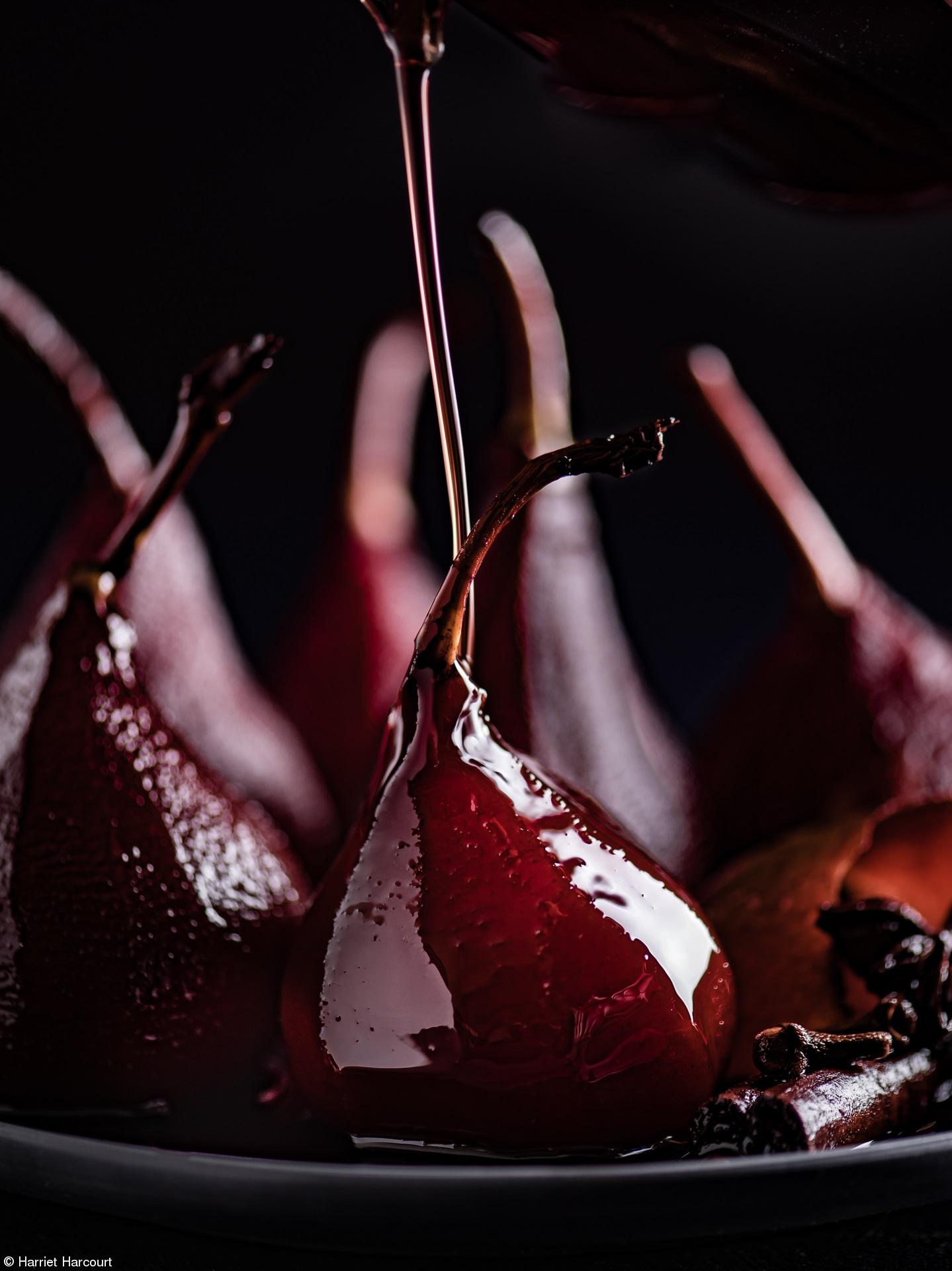 Груши-пашот поливают приправленным винным сиропом перед подачей на стол