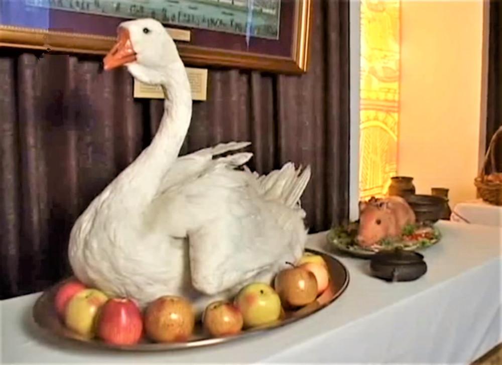 Лебедь на подносе (фото из экспозиции московского Музея кулинарного искусства)
