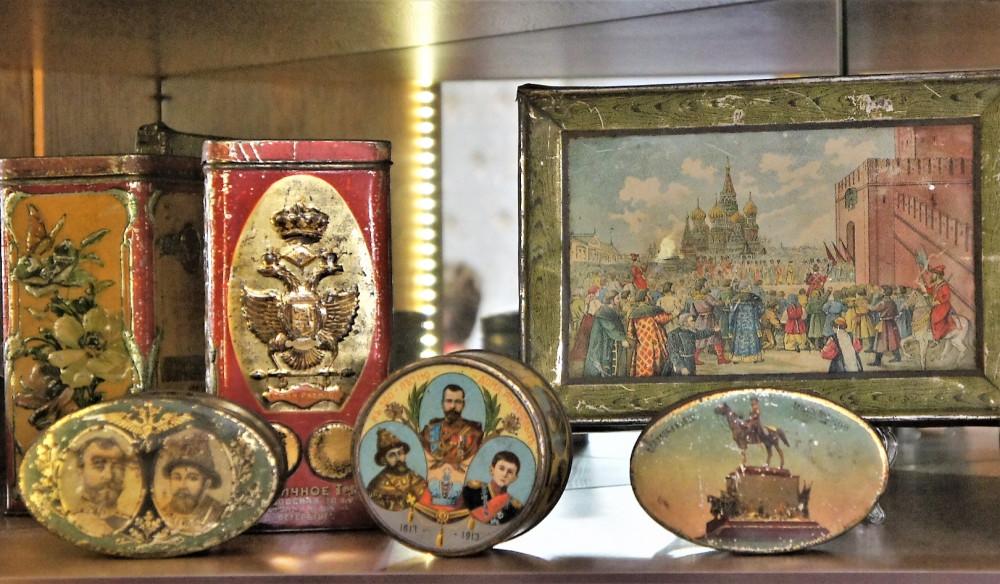Коробки конфет и печенья, выпущенные к 300-летию дома Романовых (из экспозиции Музея хлеба в Санкт-Петербурге)