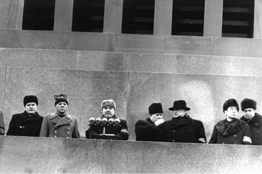 Вот они на трибуне Мавзолея – Вячеслав Молотов, Климент Ворошилов. А чуть правее в шляпе – Лаврентий Палыч