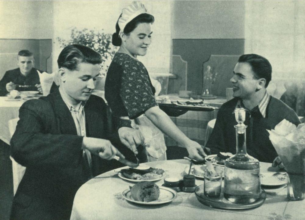 Постоянные посетители горняцкой столовой № 1. Как старых друзей встречает их официантка Любовь Герасименко