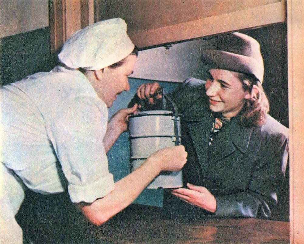 Жена бурильщика Дина Келембет берет обеды в столовой